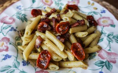 Pasta con pesto di pistacchio, pancetta croccante e pomodorini confit